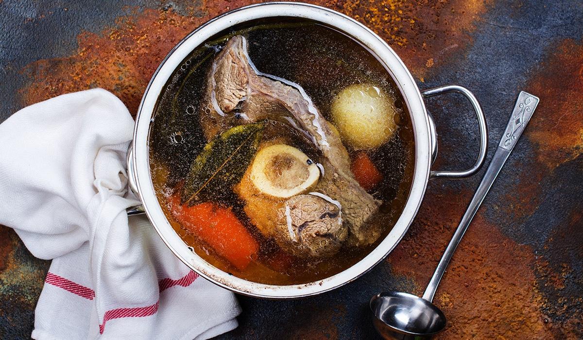 Omas Superfood: Die gute alte Knochenbrühe (Rezept)